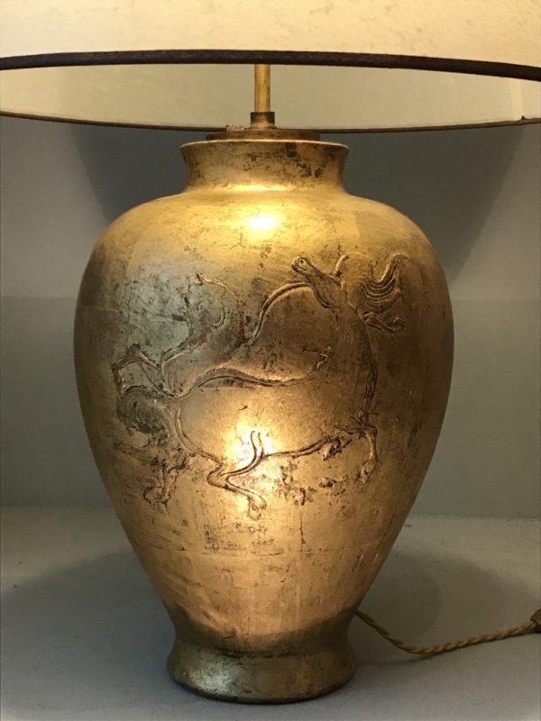 Lampe en plâtre doré.